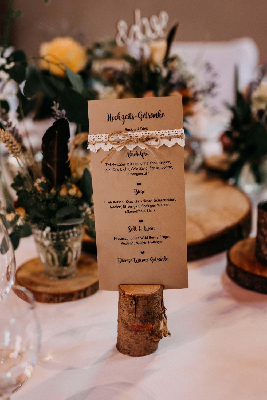 Getränkekarte aus Kraftpapier bei der Boho-Hochzeit auf dem Bauernhof