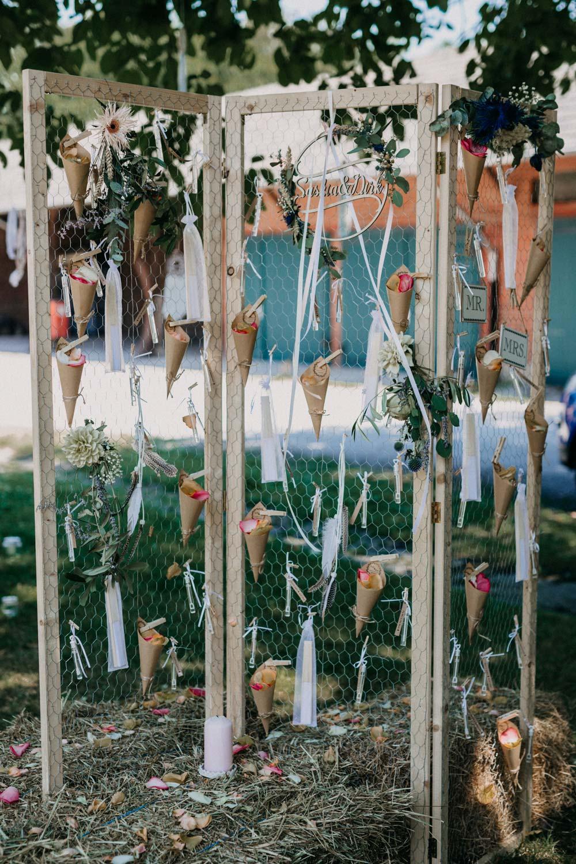Konfetti-Bar bei der Boho-Hochzeit auf dem Bauernhof