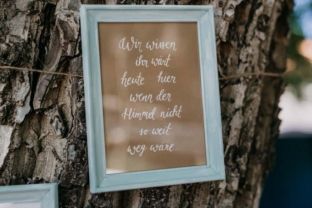 Schild als Erinnerung an Verstorbene bei der Boho-Hochzeit auf dem Bauernhof
