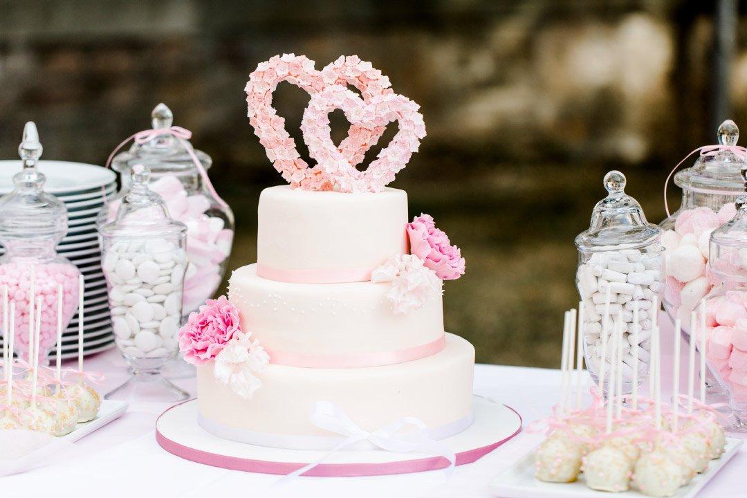 Hochzeitstorte mit Herzen als Caketopper