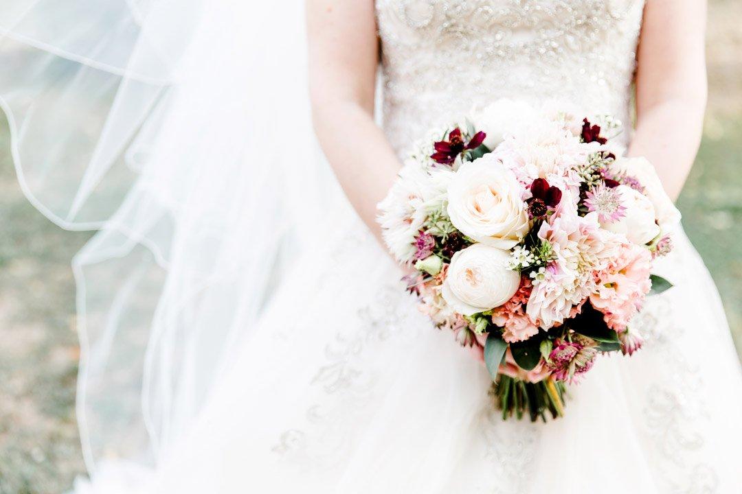 Braut hält rosa farbenen Brautstrauß