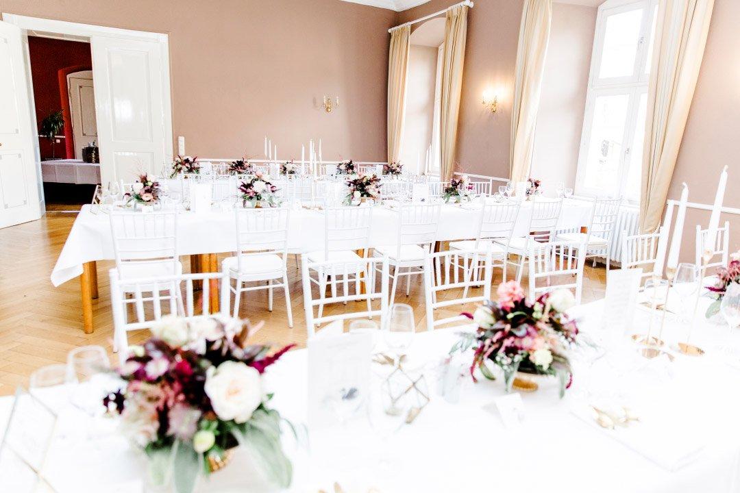 Tische bei der Hochzeitsfeier