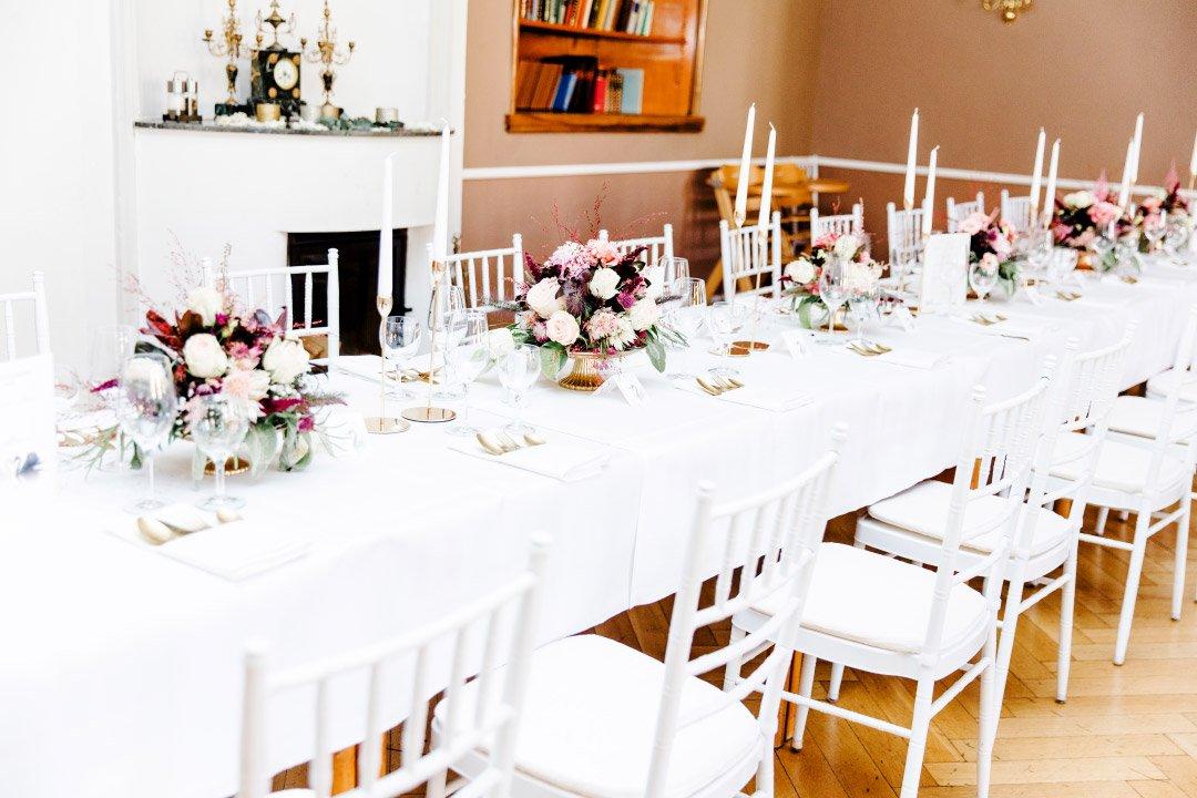Lange Tafel für die Gäste bei der Hochzeitsfeier