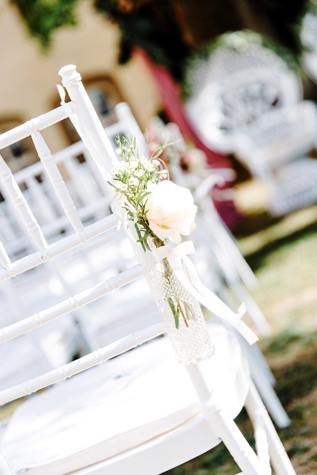 Blume am Stuhl für die Gäste