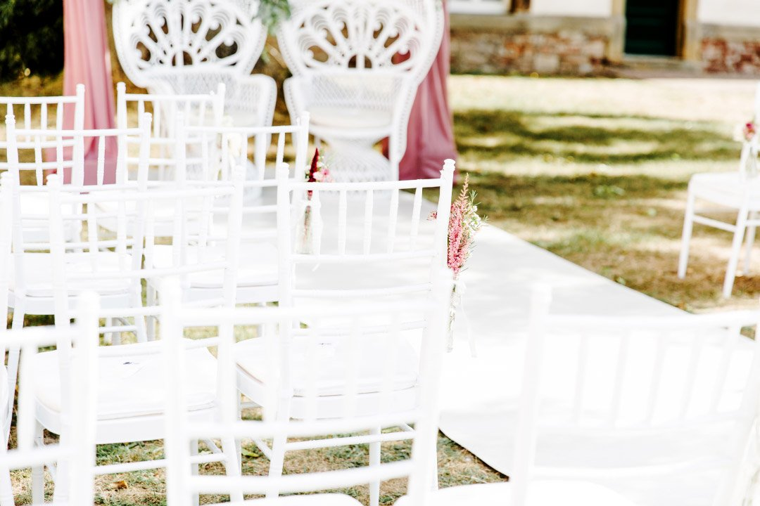 Stühle für die Gäste bei der Trauung