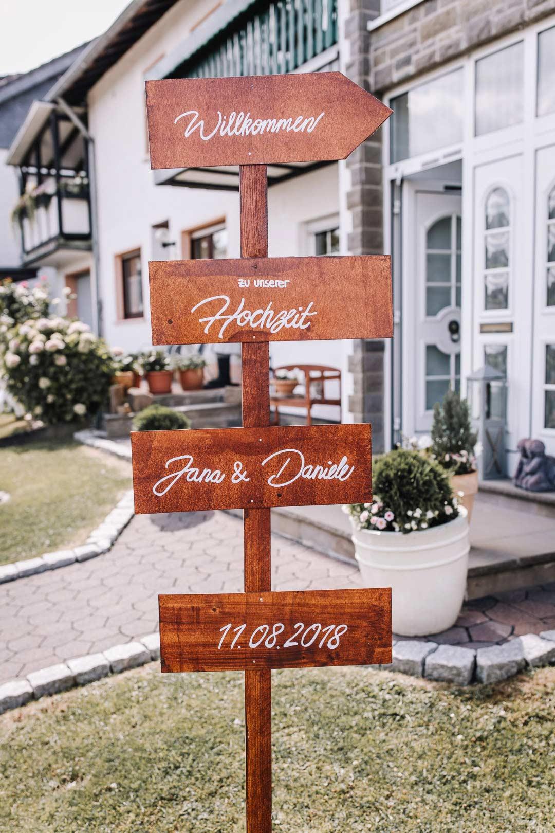 Ländliche Sommer-Hochzeit im rustikalen Stil: Holzschild als Wegweiser