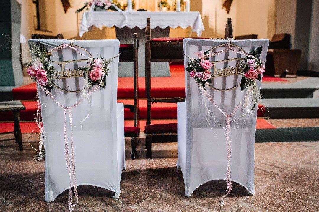 Ländliche Sommer-Hochzeit im rustikalen Stil: Stühle von Braut und Bräutigam in der Kirche
