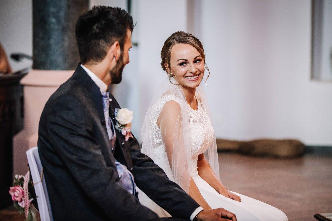 Brautpaar während der kirchlichen Trauung