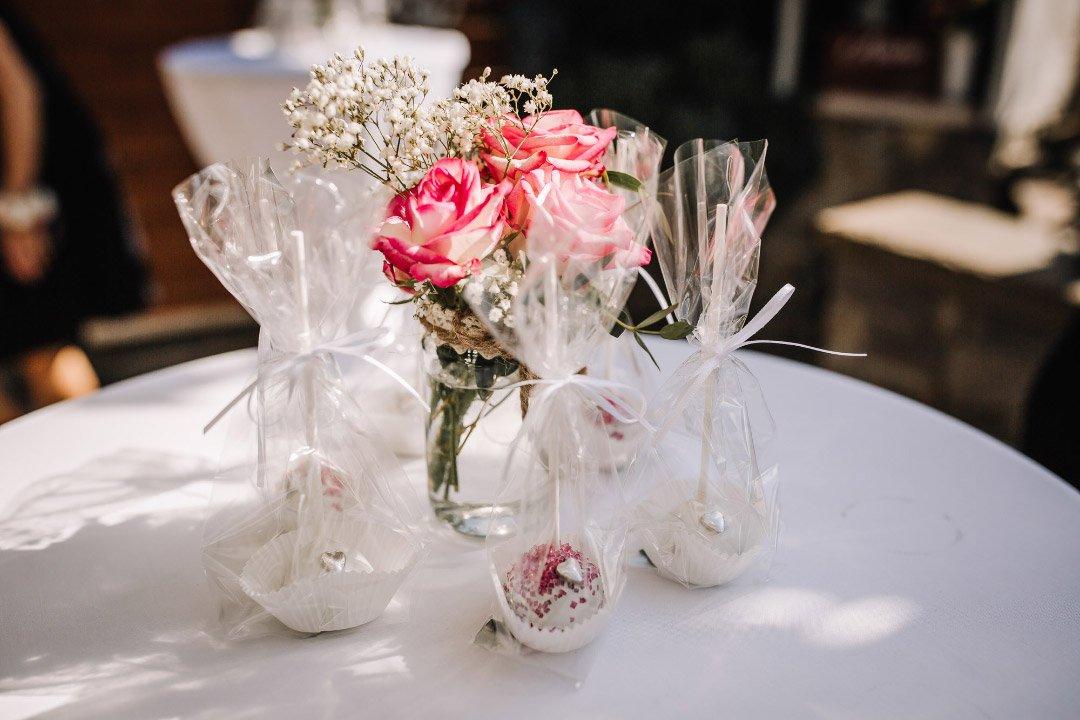 Cakepops bei der Hochzeit mit Blumen
