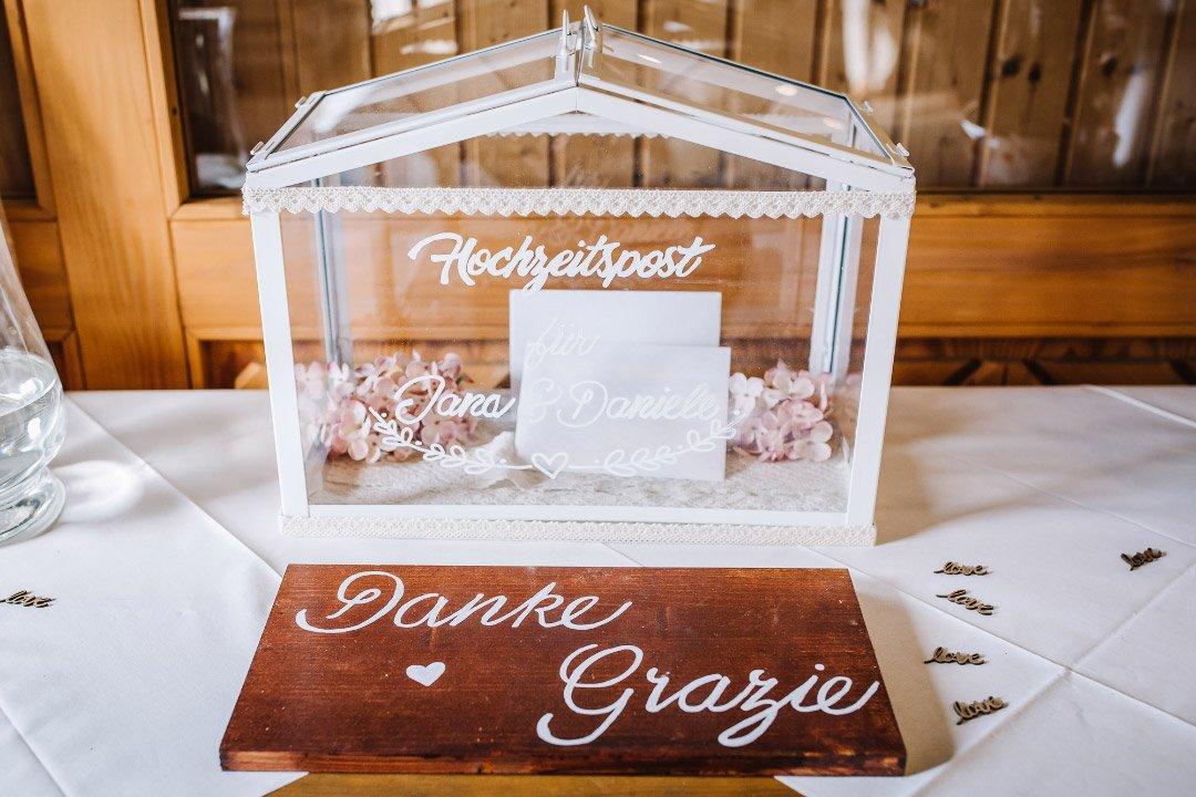 Ländliche Sommer-Hochzeit im rustikalen Stil: Gewächshaus als Kartenbox