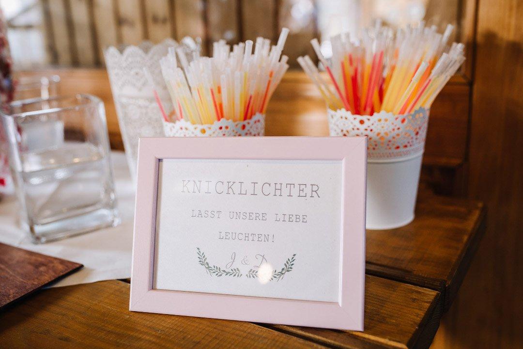 Ländliche Sommer-Hochzeit im rustikalen Stil: Knicklichter
