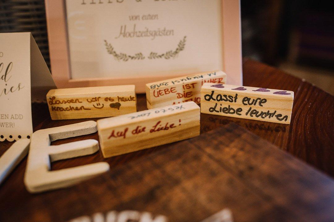 Holzklötze als alternatives Gästebuch bei der Hochzeit