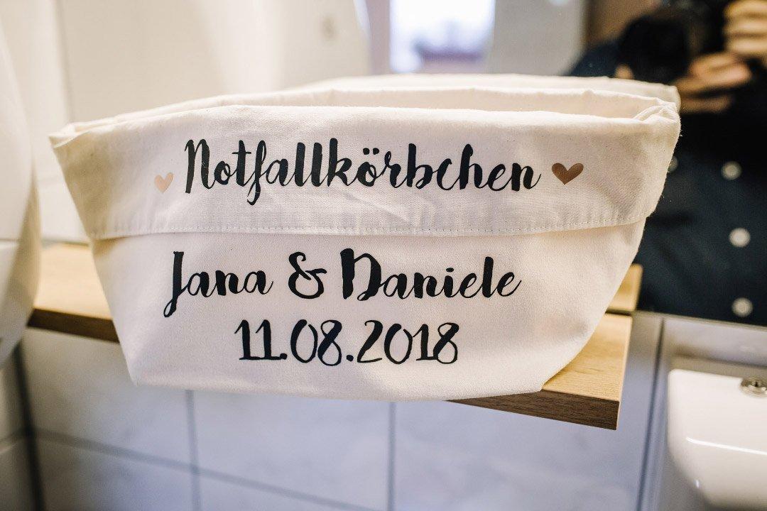 Ländliche Sommer-Hochzeit im rustikalen Stil: Notfallkörbchen