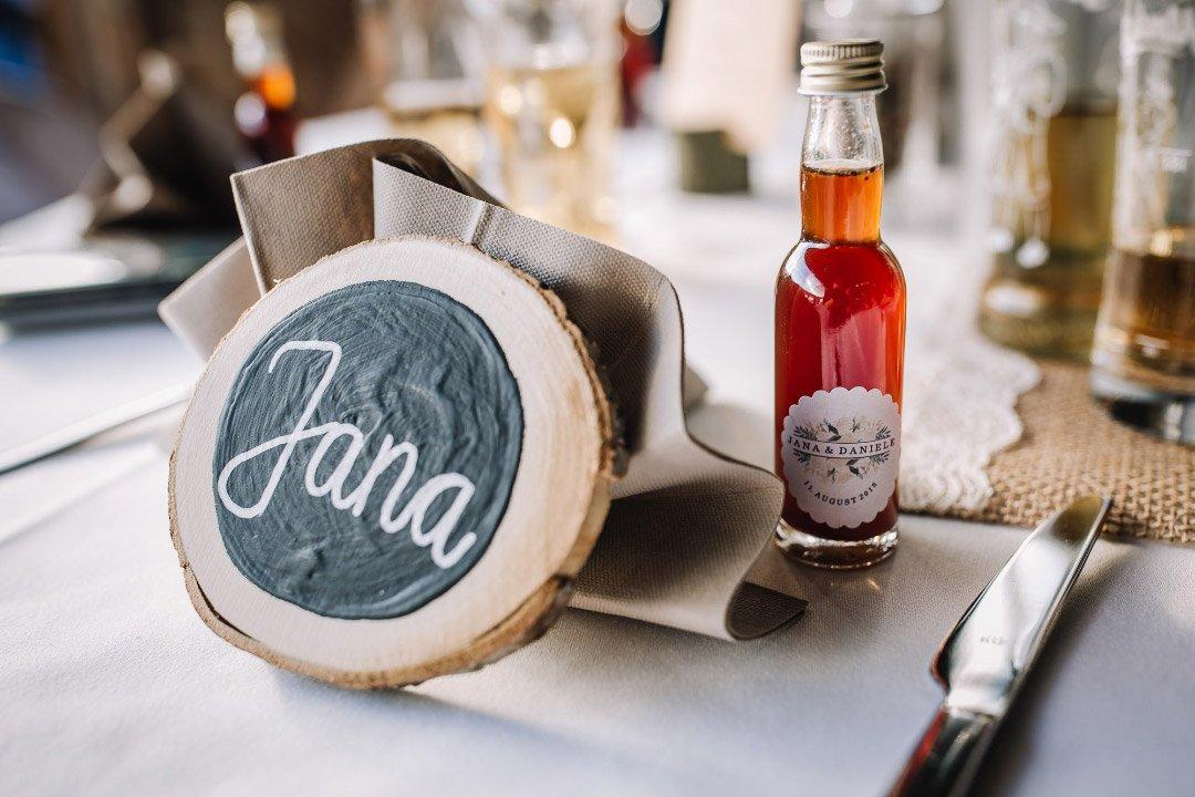 Ländliche Sommer-Hochzeit im rustikalen Stil: Tischkarte mit einer Holzscheibe