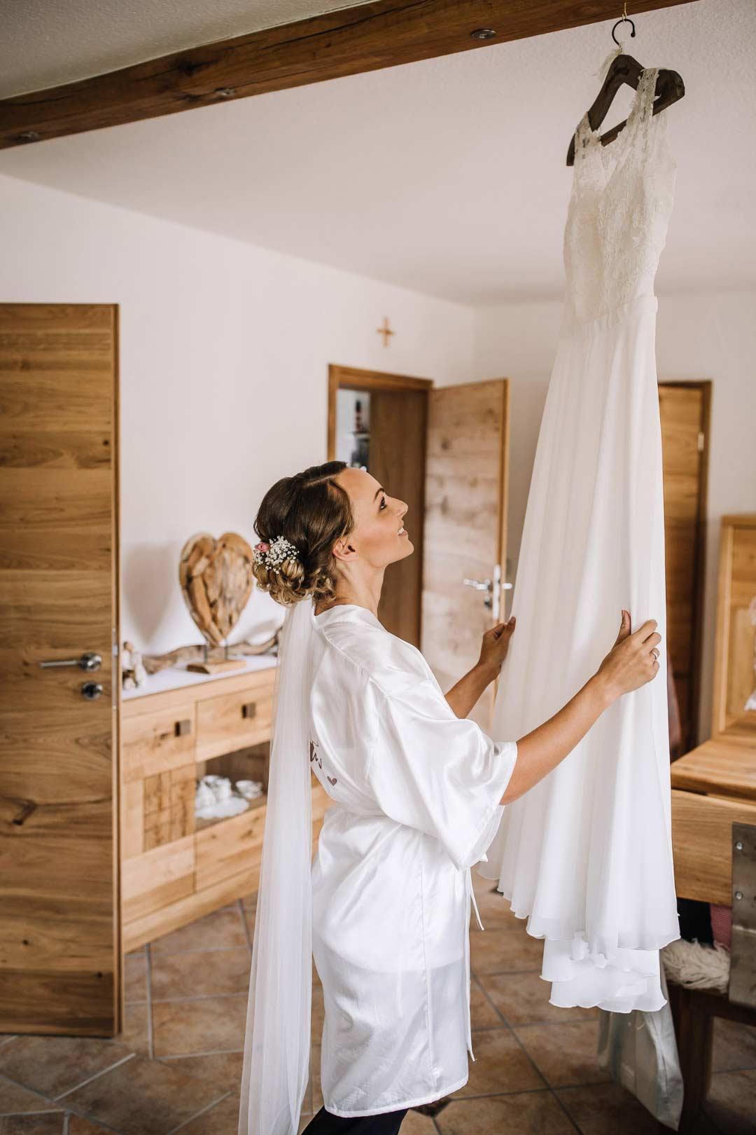 Ländliche Sommer-Hochzeit im rustikalen Stil: Die Braut, bevor sie ihr Brautkleid anzieht
