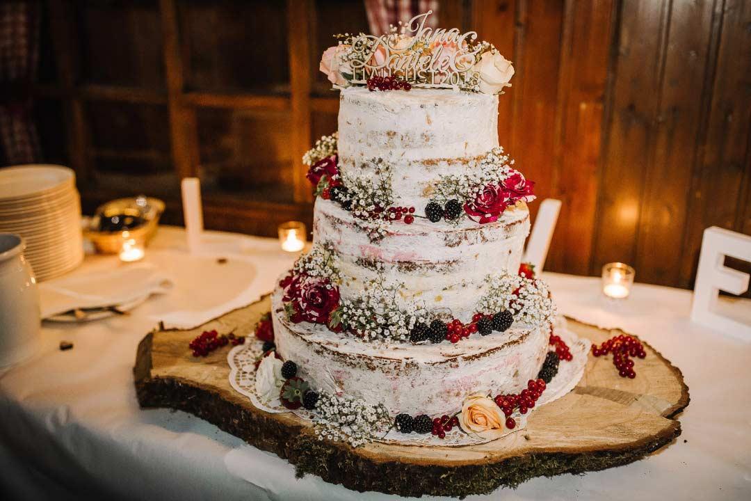Ländliche Sommer-Hochzeit im rustikalen Stil: Semi-Naked Cake