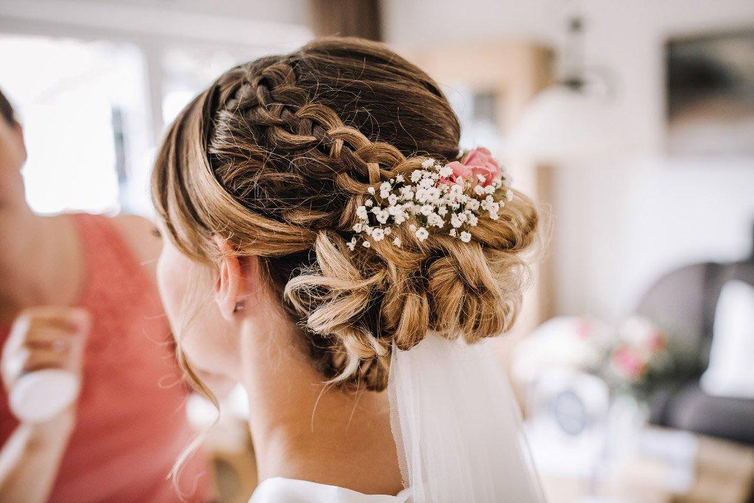 Brautfrisur mit Blumen