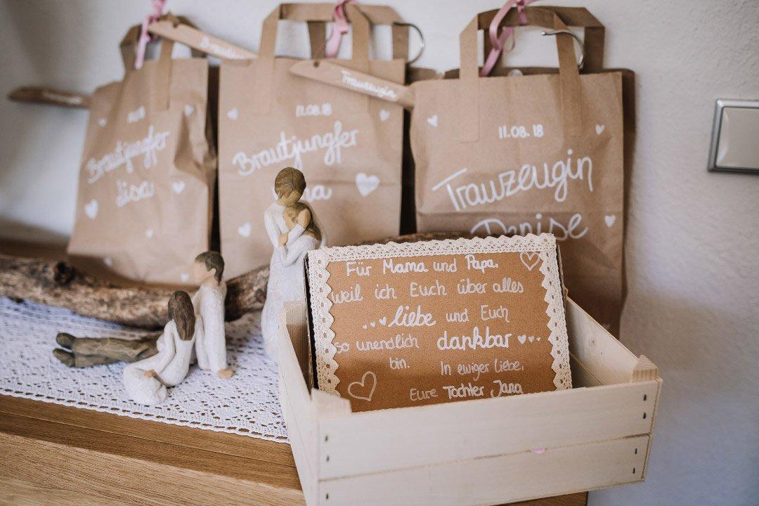 Ländliche Sommer-Hochzeit im rustikalen Stil: Geschenktüten für die Trauzeugin und Brautjungfern