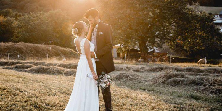 Ländliche Sommer-Hochzeit im rustikalen Stil