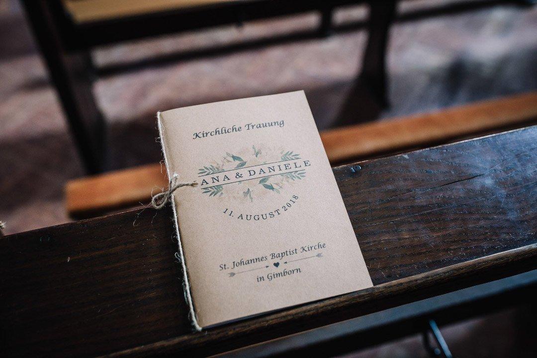 Ländliche Sommer-Hochzeit im rustikalen Stil: Kirchenheft mit Kraftpapier