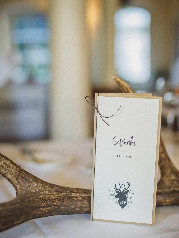 Hirsch als Motiv bei der rustikalen vintage Hochzeit im Julius Kost