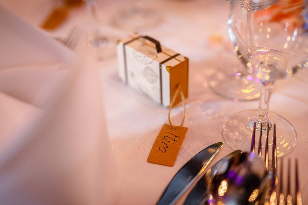 Hochzeit mit Reise als Motto: Kleiner Koffer als Gastgeschenk