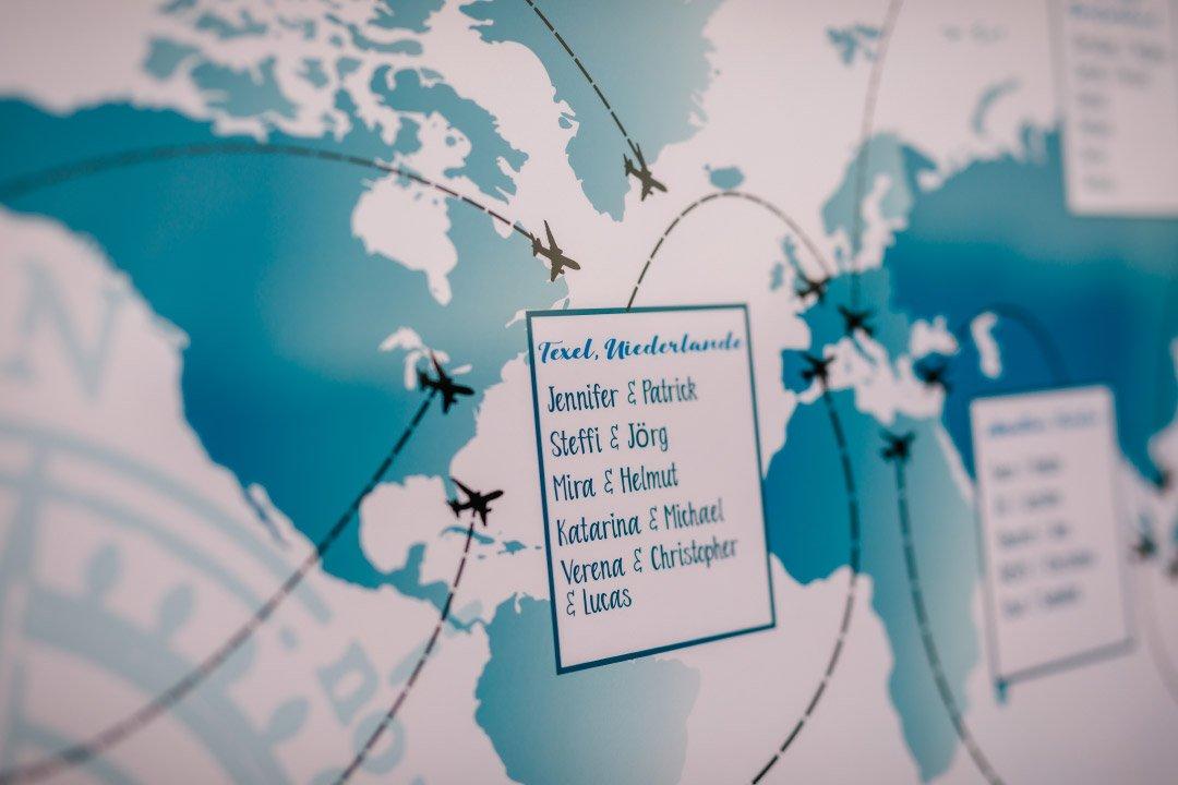 Hochzeit mit Reise als Motto: Sitzplan in Form einer Weltkarte