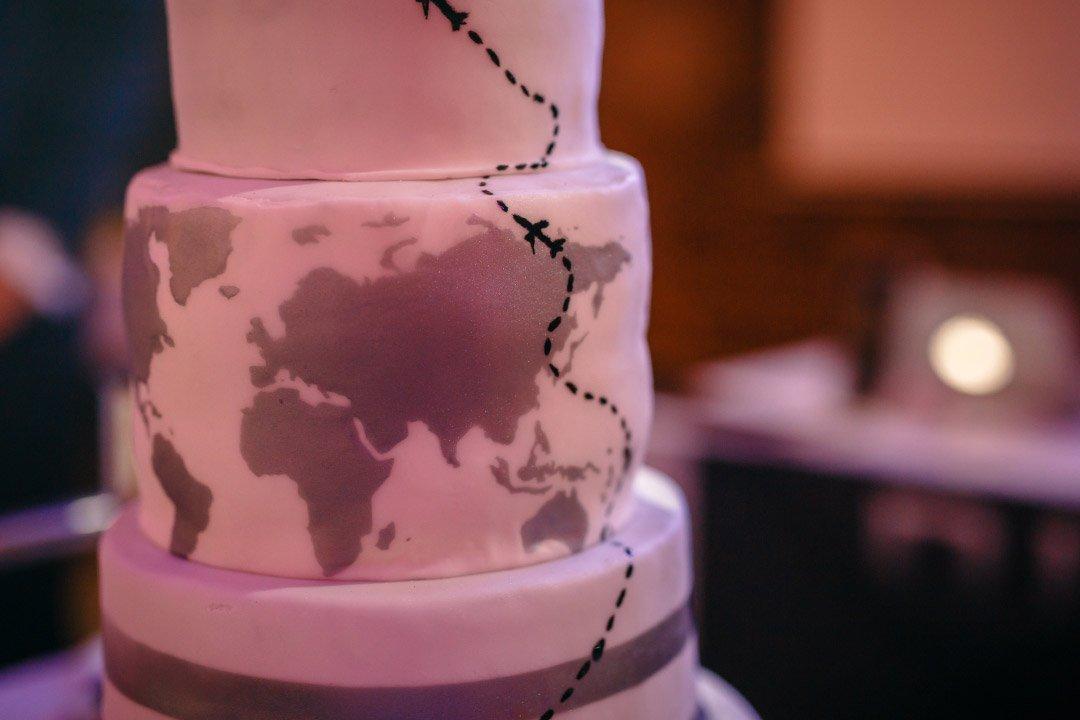 Hochzeit mit Reise als Motto: Hochzeitstorte mit Weltkarte