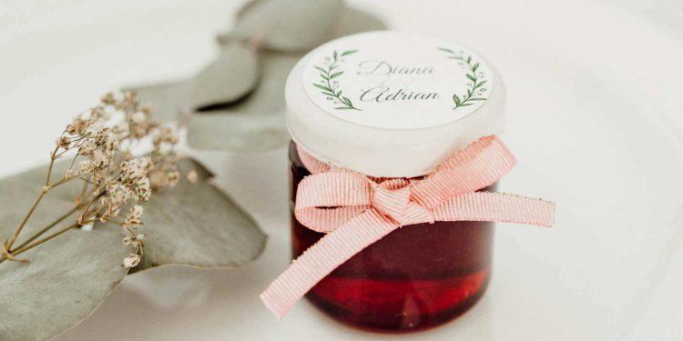 Selbst gemachte Marmelade als Gastgeschenk zur Hochzeit