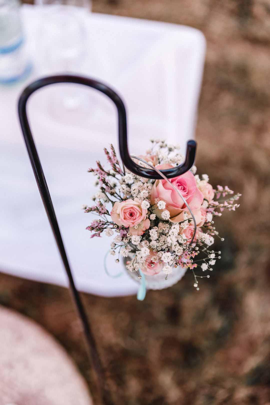 An einem Ständer hängende Dekoration mit Blumen