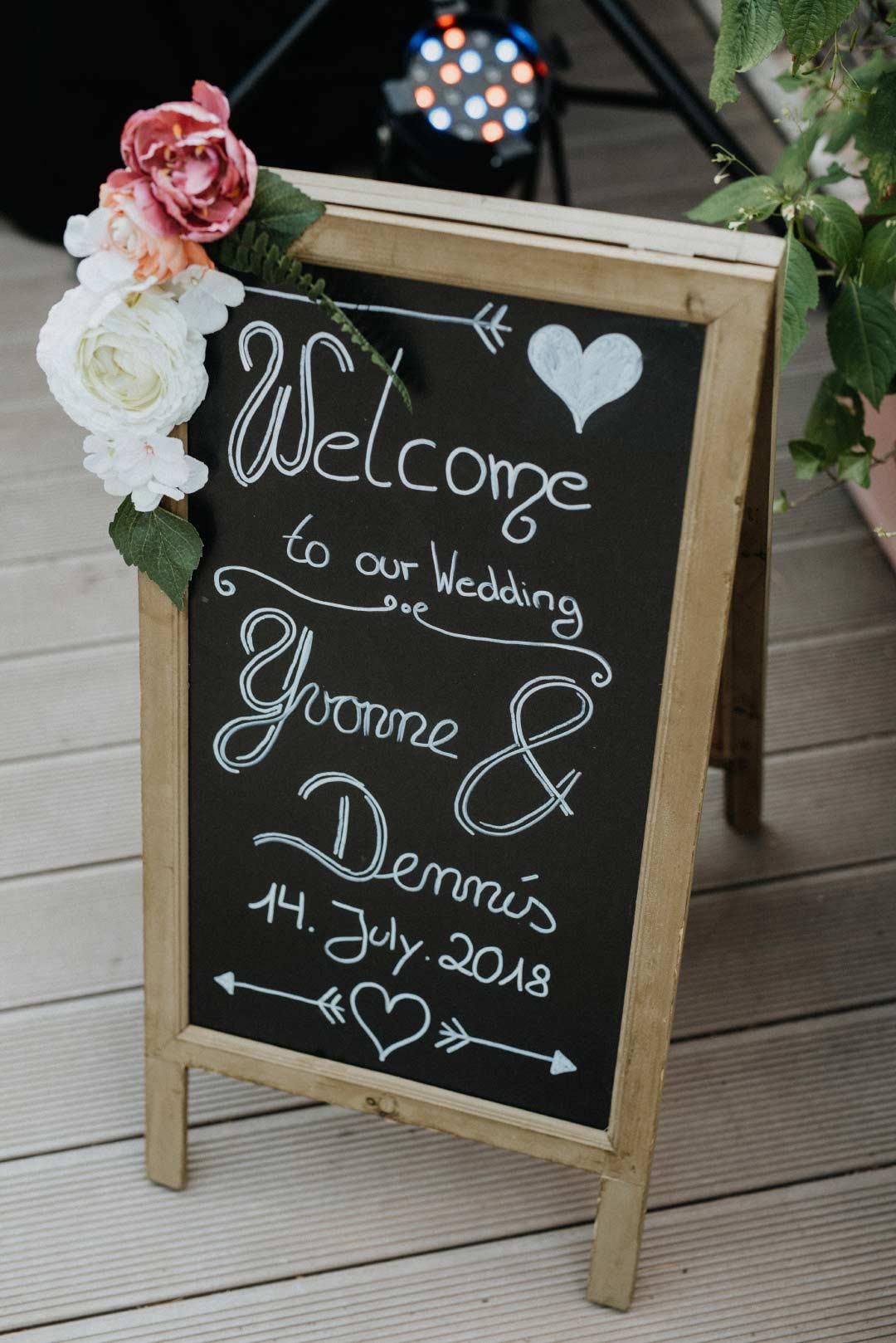 Selbst beschriftete Tafel als Willkommnsschild bei der Hochzeit