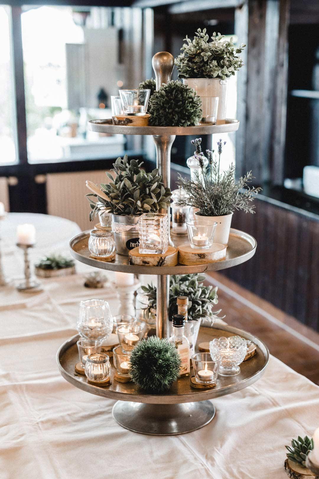 Dekoration mit einer Etagere bei der Hochzeit