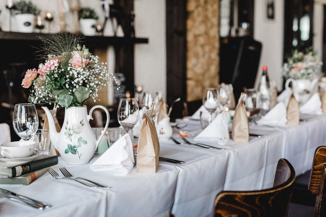 Überraschungstüten für Kinder auf den Tischen bei der Hochzeit