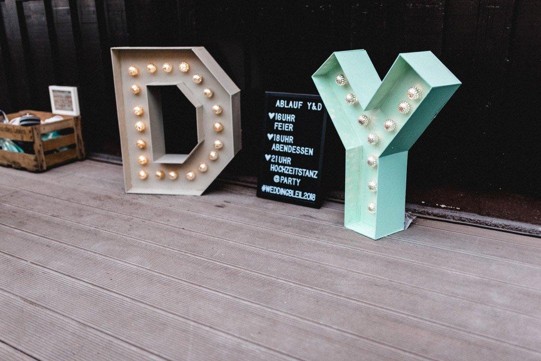 Leuchtbuchstaben mit den Initialien von Braut und Bräutigam