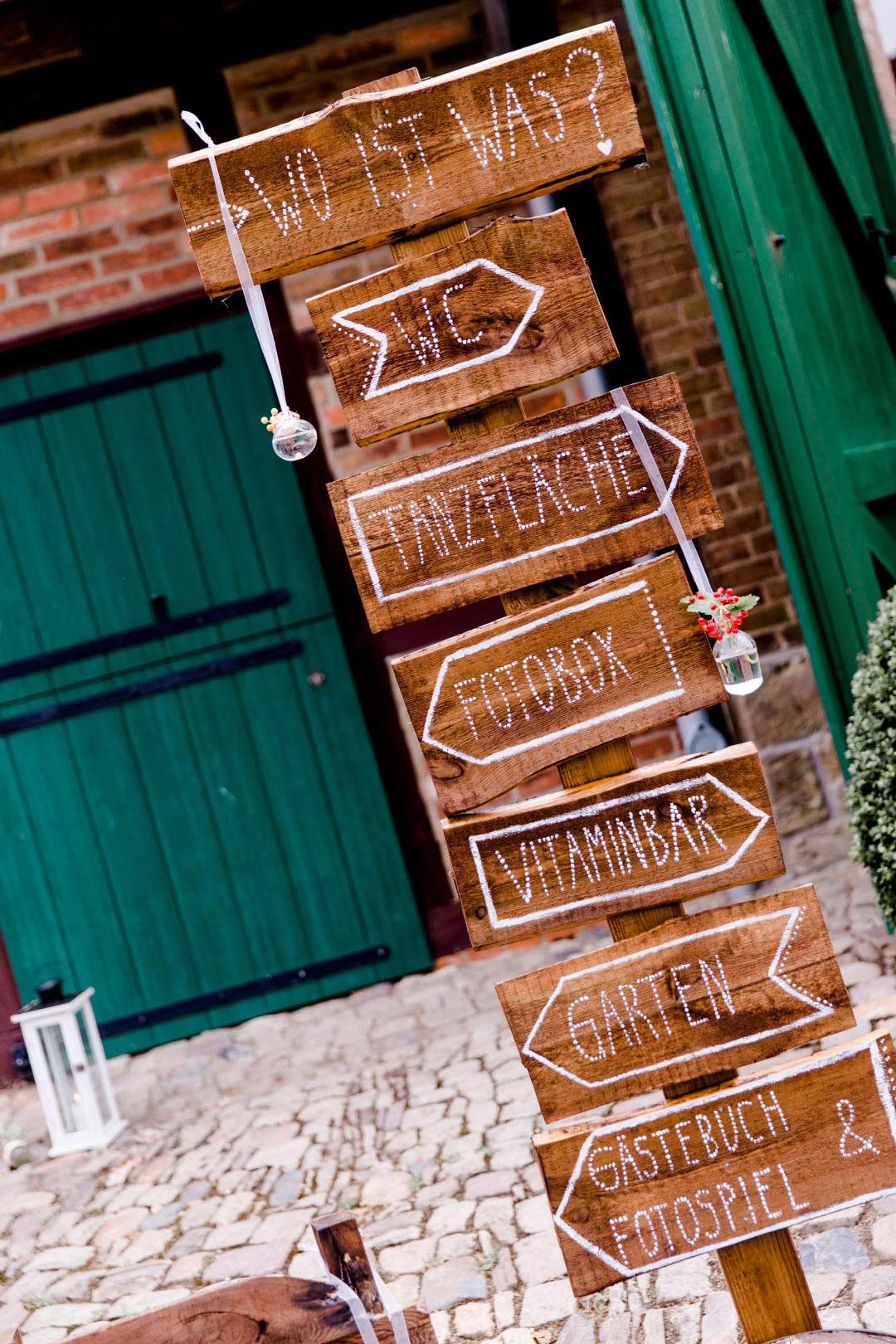 Wegweiser aus Holz am Eingang der Hochzeit