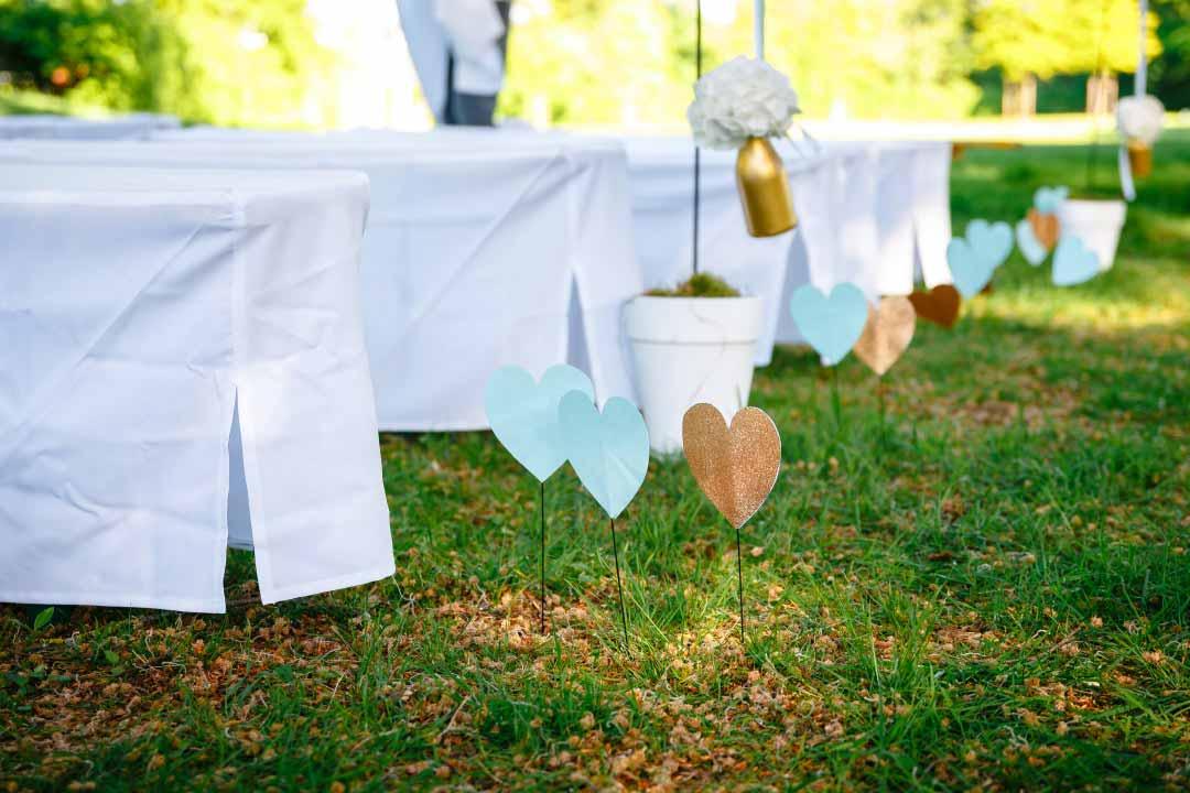 Kleine Herzen in Mint und Gold zur Dekoration bei der Hochzeit