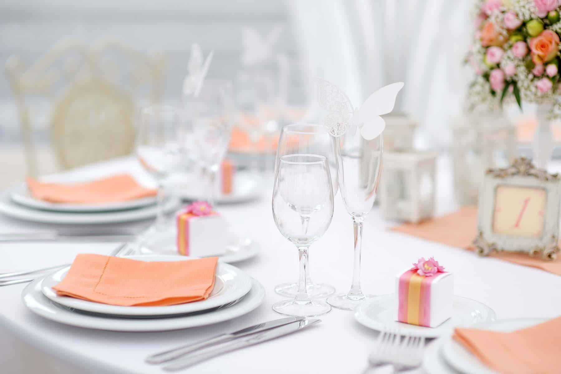 Hochzeitsservietten aus Papier für die Gäste bei der Hochzeit