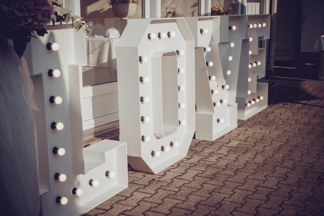 Große leuchtende LOVE Buchstaben