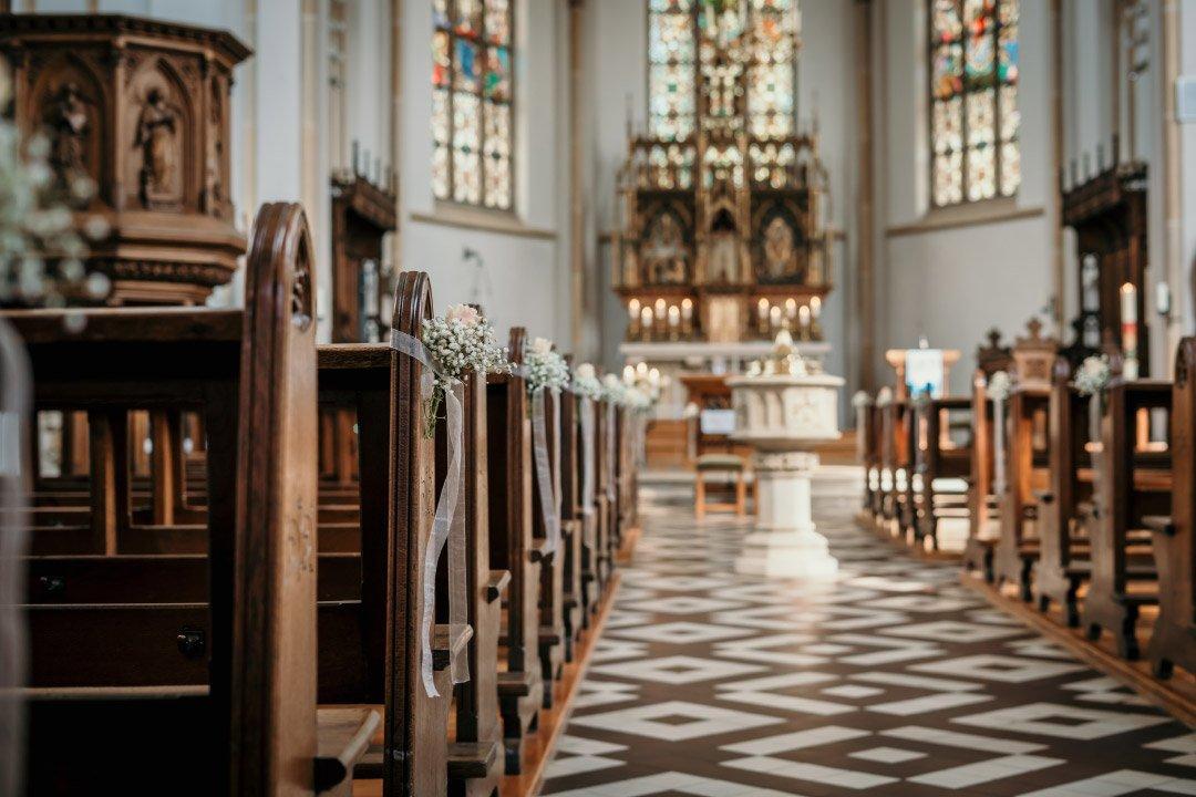 Mit Blumen dekorierte Kirchenbänke