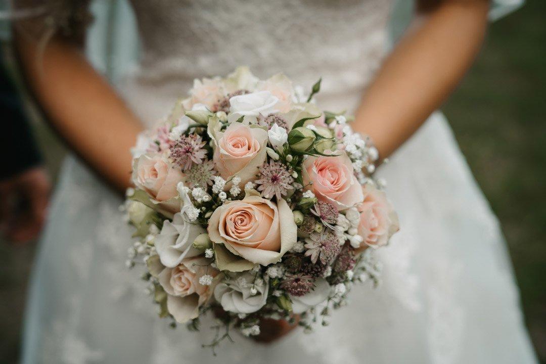 Braut hält Brautstrauß