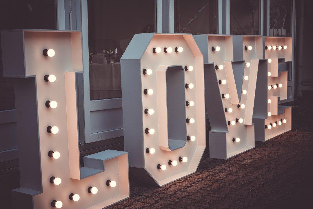 Große und beleuchtete LOVE-Buchstaben für die Hochzeit