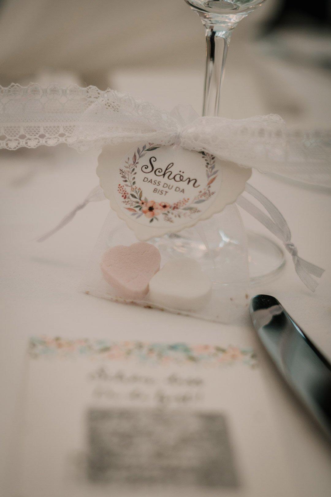 Gastgeschenk in einer Tüte bei der Hochzeit