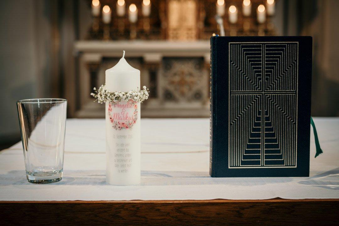 Hochzeitskerze auf dem Altar