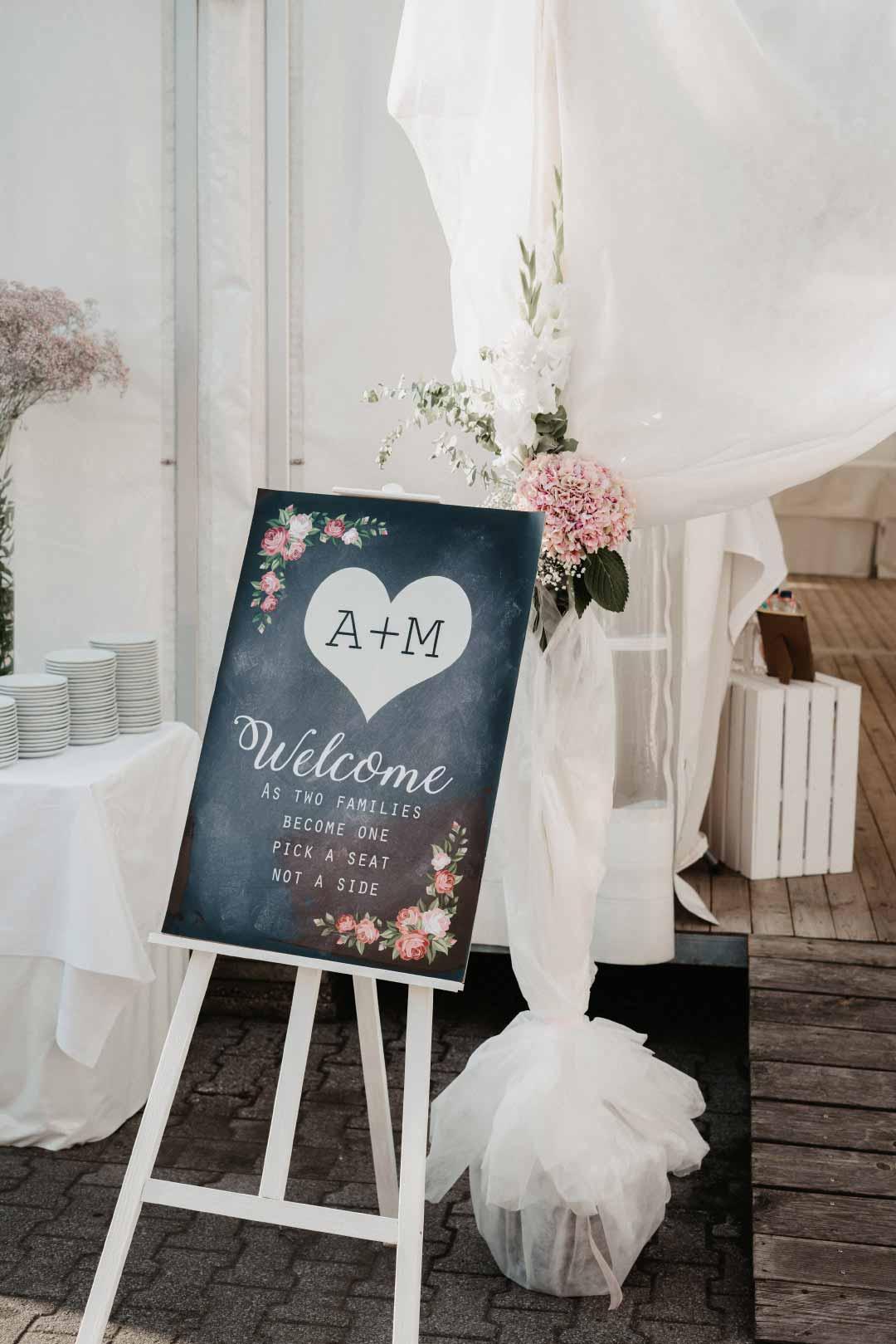 Willkommensschild bei der Hochzeitsfeier