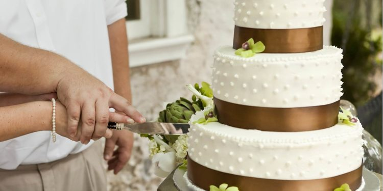Wer hat die Hand oben beim Anschneiden der Hochzeitstorte?