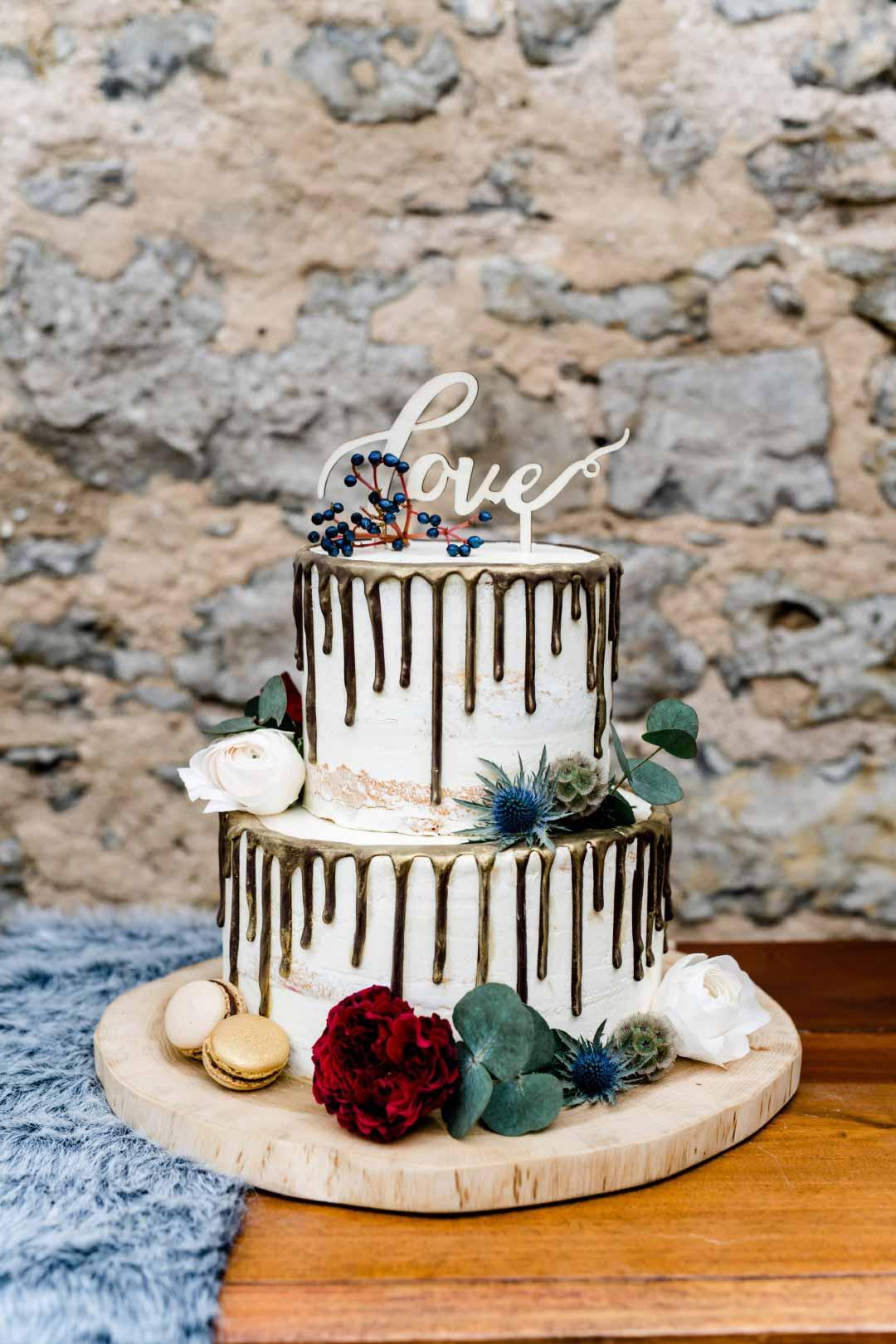 Seminaked Hochzeitstorte mit den dunklen Drip Gold Rändern