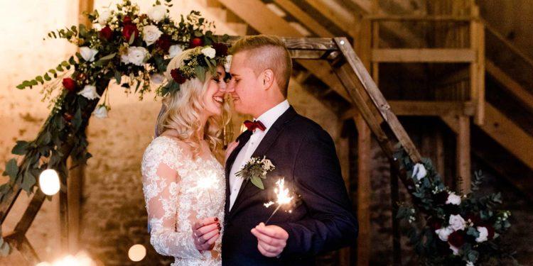 Winterliche Hochzeitsinspiration in Gold, Dunkelrot und Dunkelblau