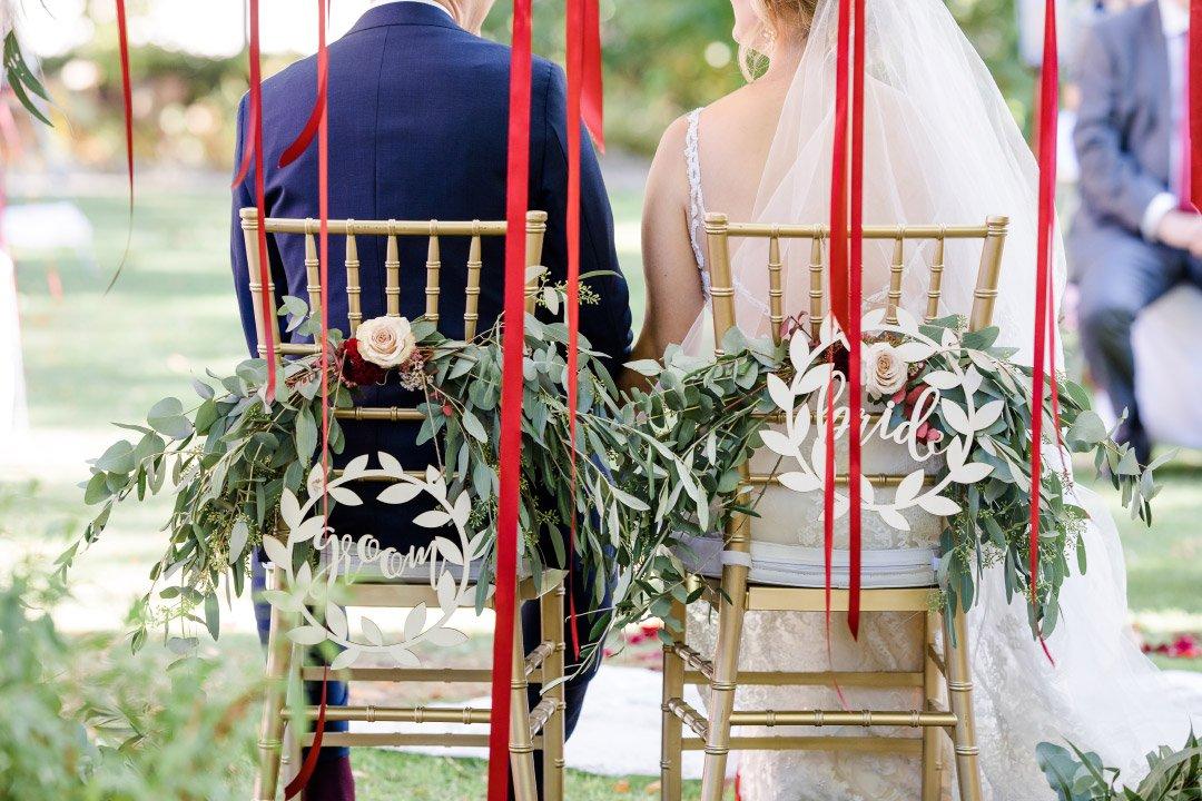 Stühle von Braut und Bräutigam bei der freien Trauung auf Weingut von Winning