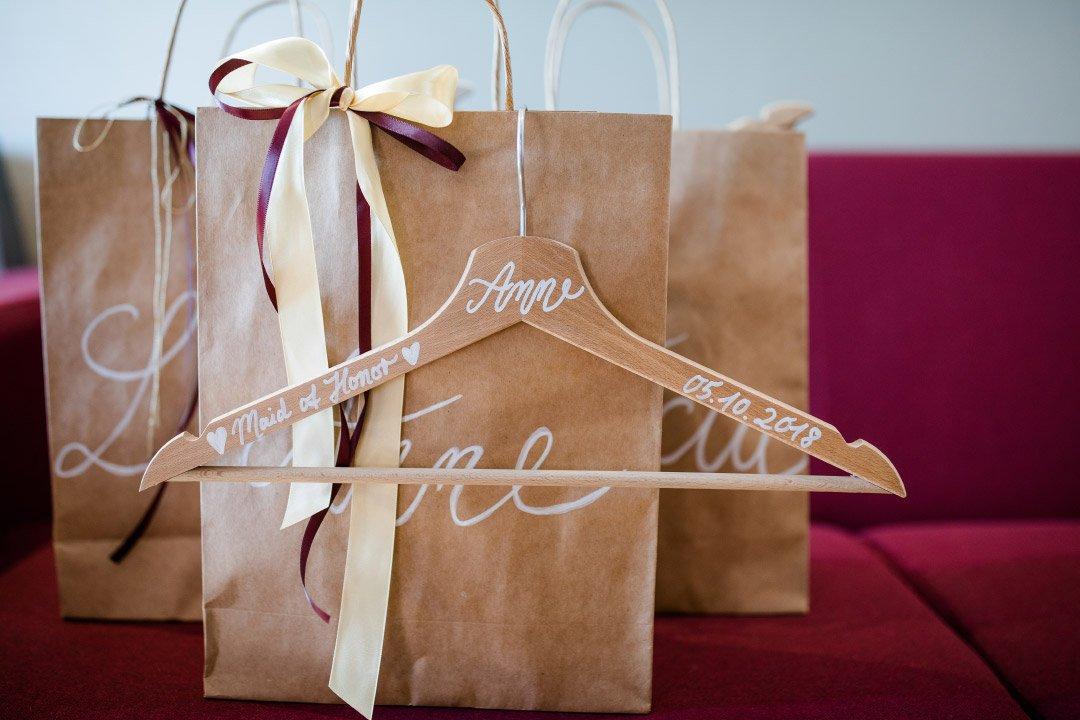 Personalisierter Kleiderbügel bei der Hochzeit für die Maid of Honor