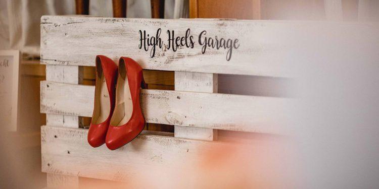 High Heels Garage bei der Hochzeit